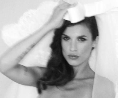 Elisabetta Canalis in abito da sposa: matrimonio in vista?