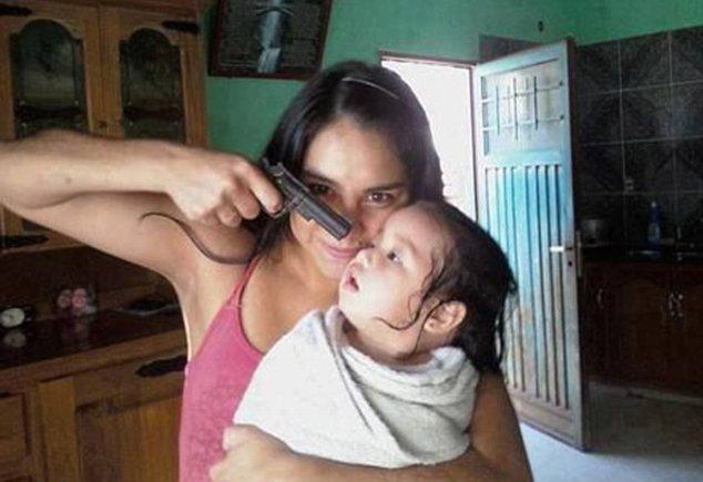 Madre_punta_pistola_figlio