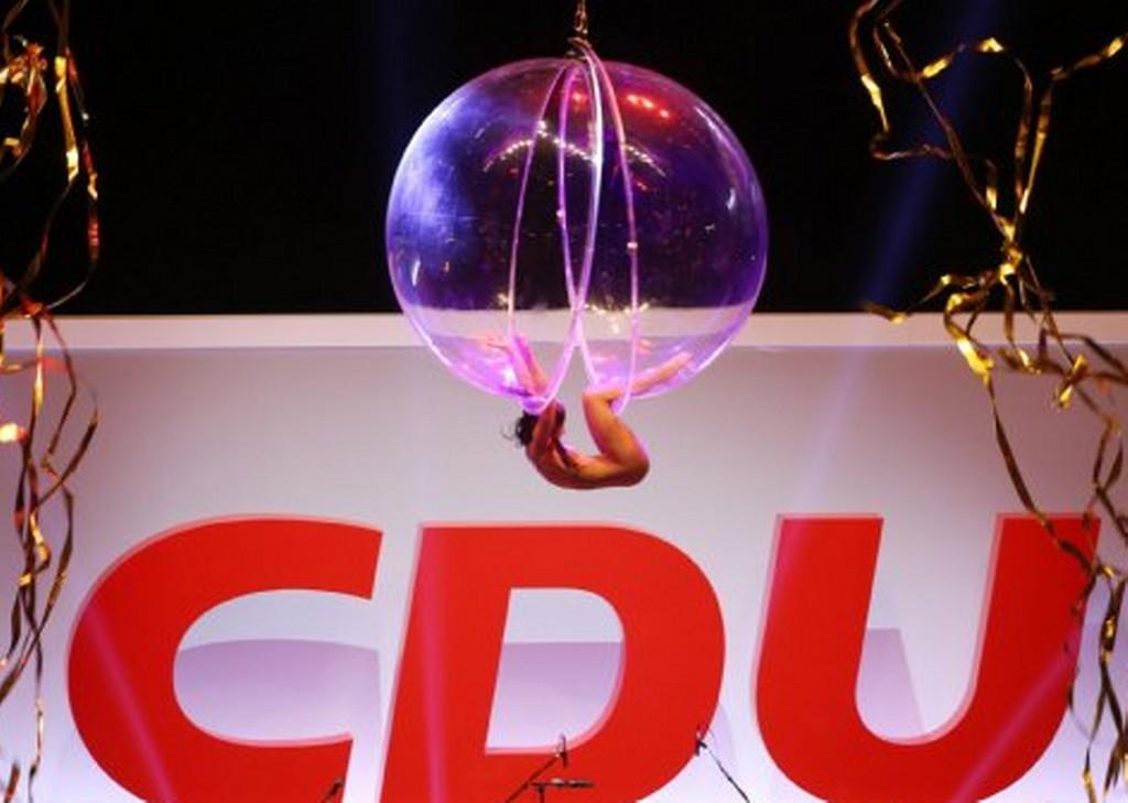 Germania, la ballerina nuda che si esibisce per Angela Merkel 02