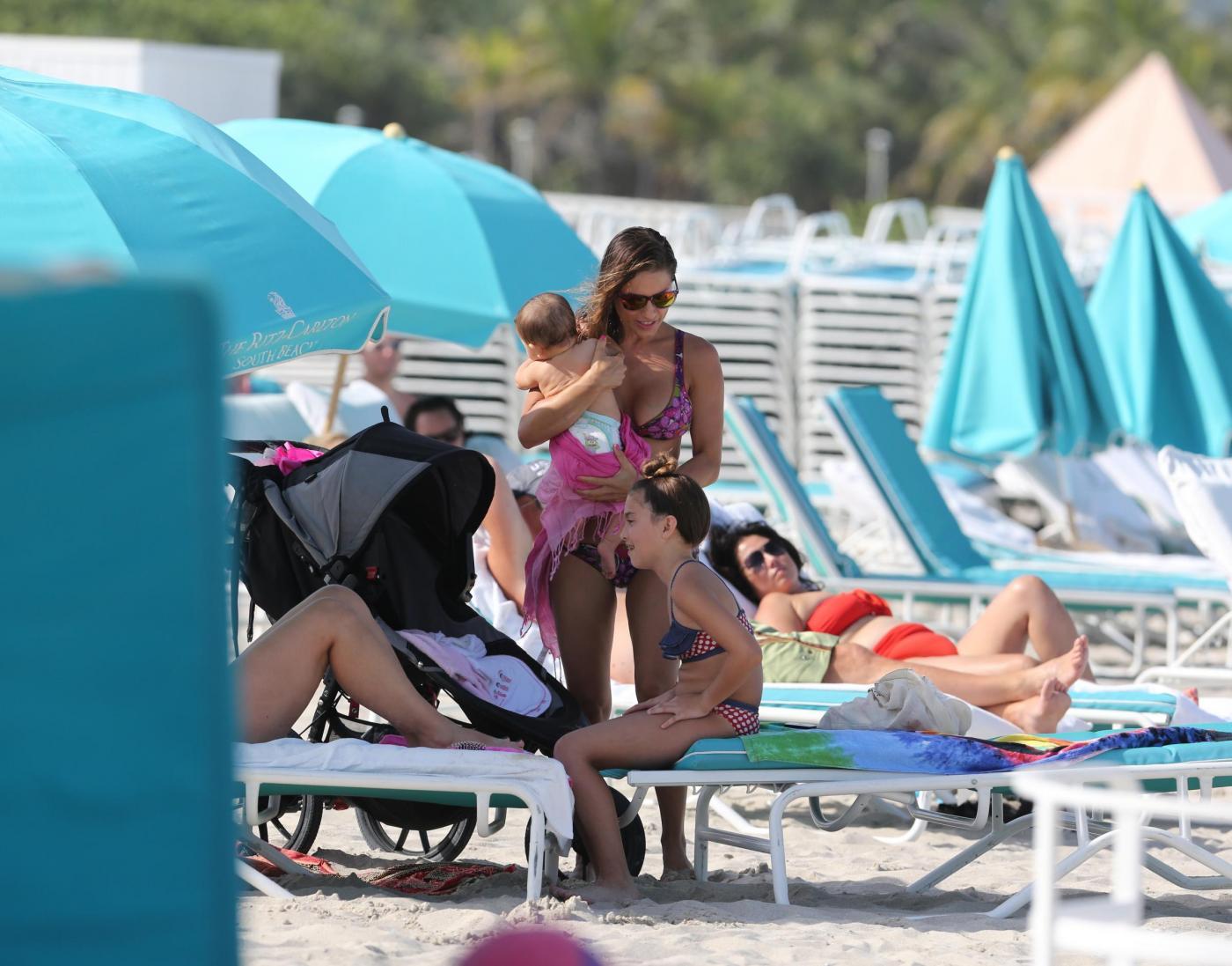 Lola Ponce in spiaggia a Miami con la piccola Erin02