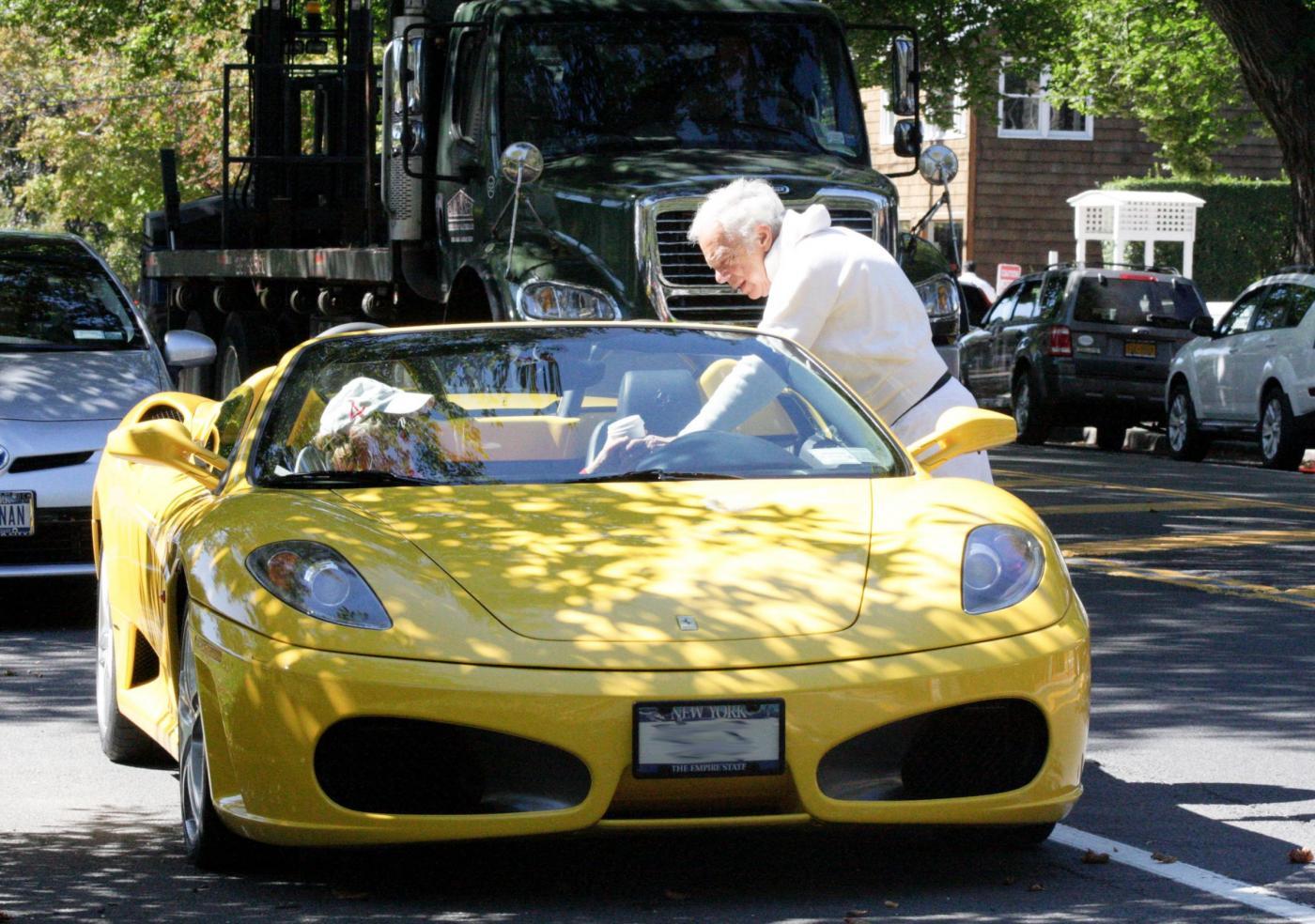 New York, Ralph Lauren va a prendere un caffè con la sua Ferrari gialla01