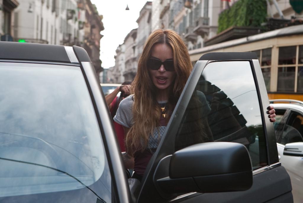 Nina Moric, prima uscita dopo l'incidente shopping con marito e figlio01