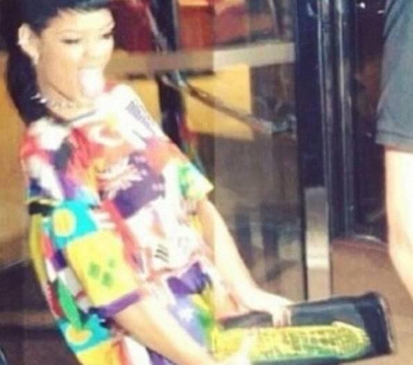 """Rihanna colta in """"fallo"""": pochette a forma di pene"""