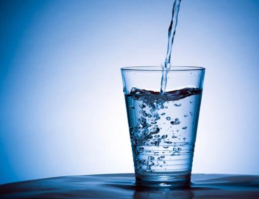 Acqua, gli italiani ne bevono troppo poco: meno di 1 lito al giorno