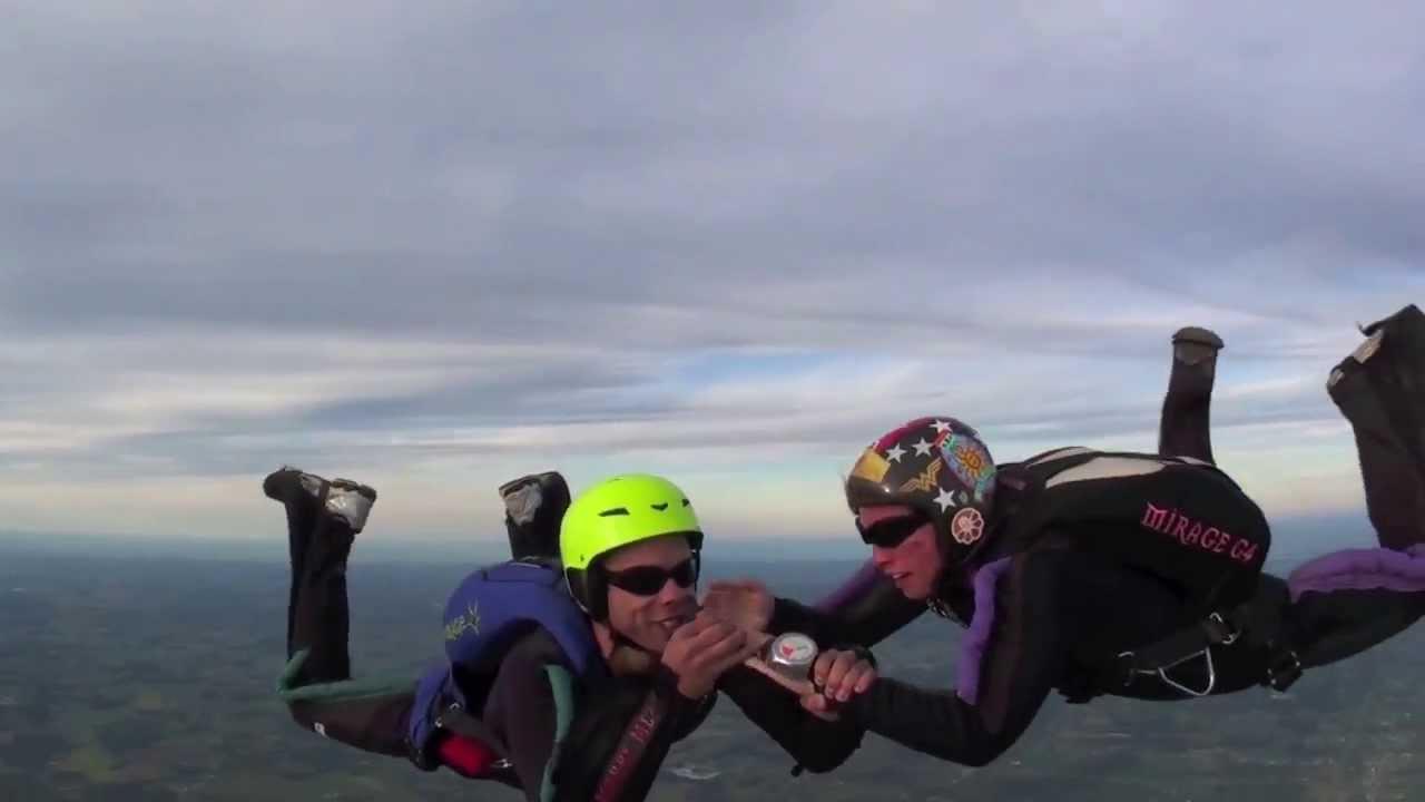 Proposta di matrimonio e anello di fidanzamento durante lo skydiving