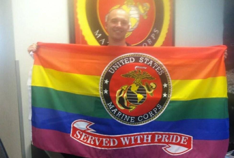 Usa, militare gay si congeda: i commilitoni gli regalano la bandiera arcobaleno