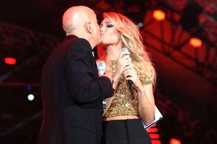 Ilary Blasi e Claudio Bisio, bacio sul palco di Vodafone