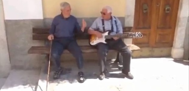 """L'Aquila, gli abitanti del borgo cantano """"Hot Stuff"""" di Donna Summer"""