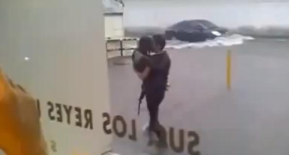 Salva la fidanzata dalla strada allagata e finiscono nella buca piena d'acqua