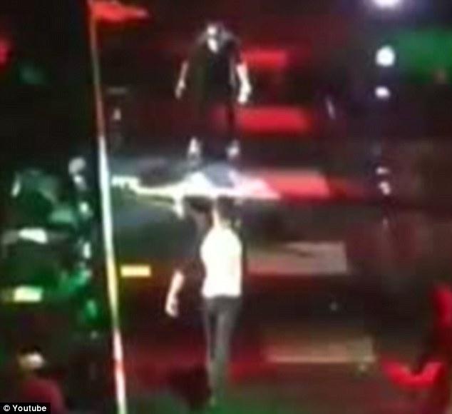 Louis Tomlinson dei One Direction scivola sul palco