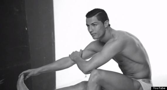 Cristiano Ronaldo seminudo per la linea di intimo CR7