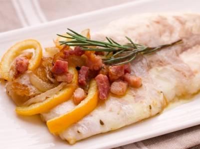 Ricette di pesce: spigola con pancetta e cipolle in agrdolce
