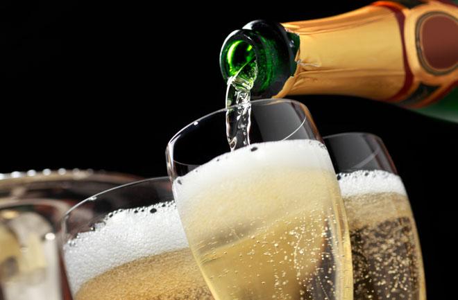Champagne in calo, boom di spumante italiano