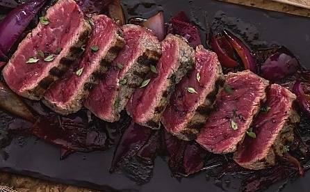 Ricette di carne: tagliata con cipolle in agrodolce