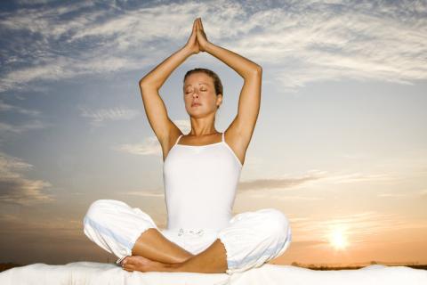 Yoga, verdura e sport: la ricetta per vivere più a lungo