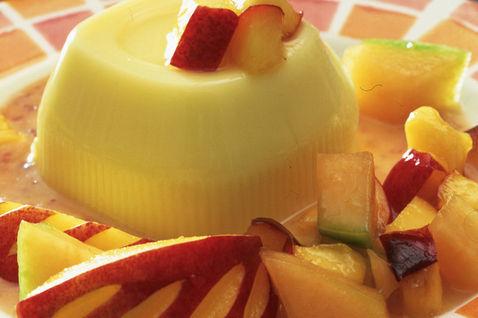 Ricette di dolci: budino alla vaniglia con salsa alle pesche