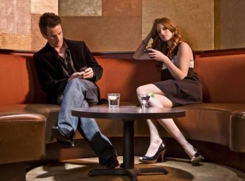 Twitter, Whatsapp, Facebook: ecco perché non rispondiamo più al telefono