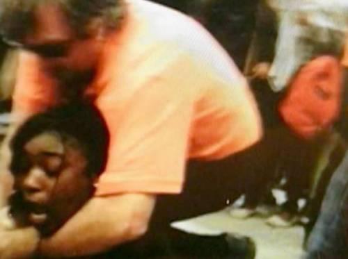 Mettono foto su Facebook del preside che strangola alunna: sospesi