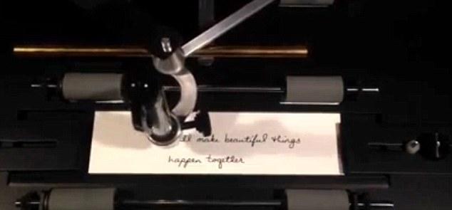 La stampante che imita la calligrafia umana e invia biglietti di auguri
