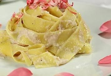 Ricette di primi: tagliatelle ai petali di rosa