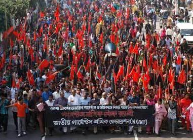 Bangladesh, rivolta operai: rabbia contro salari bassi e condizioni inumane