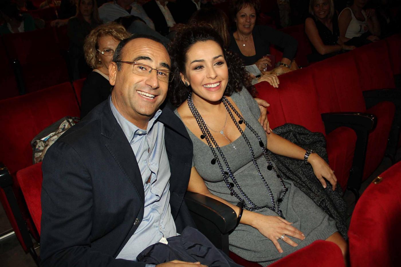 Carlo Conti a teatro con la moglie01