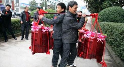 Cina, regalo di fidanzamento da 102 chili: sono 8.888.888 di yuan02