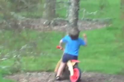 Figlio_in_bici_sbatte_contro_albero_padre_scoppia_a_ridere_video
