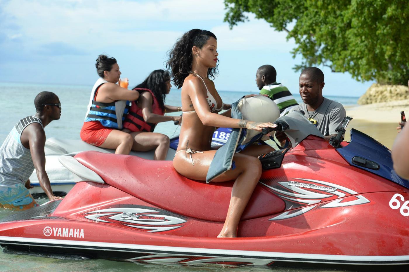 Rihanna al mare alle Barbados: guarda tutti i suoi tatuaggi 07