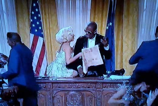 "Lady Gaga Marilyn Monroe nello studio ovale. Il ""presidente"" è R.Kelly"