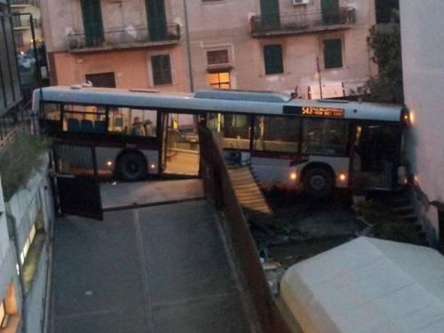 L'autobus sfonda casa: a La Rustica singolare sveglia con vettura 543