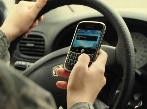 Italiano al volante, telefono costante: 1 su 8 con cellulare alla guida