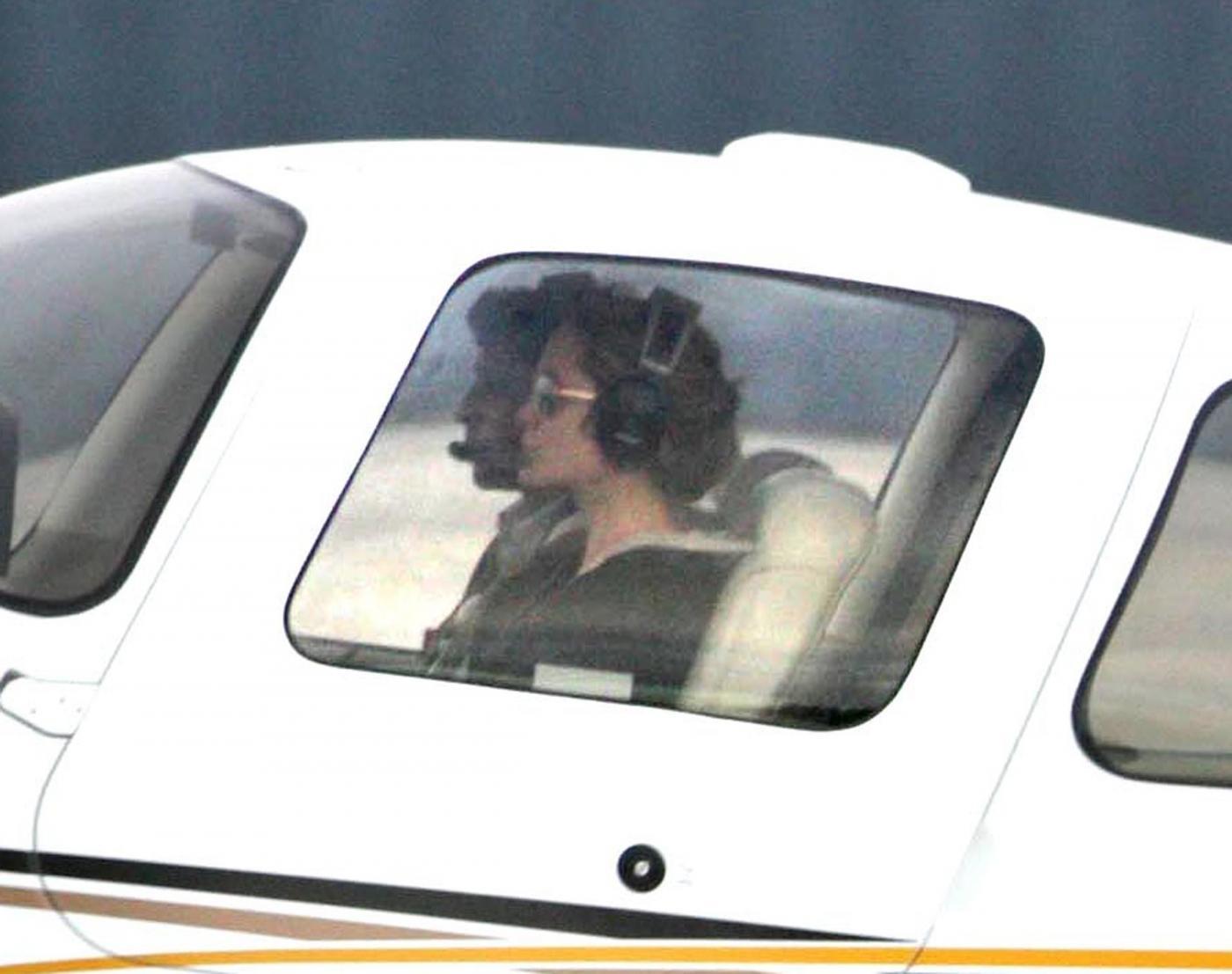 Angelina Jolie, licenza di volo revocata. Ma lei vola lo stesso 06