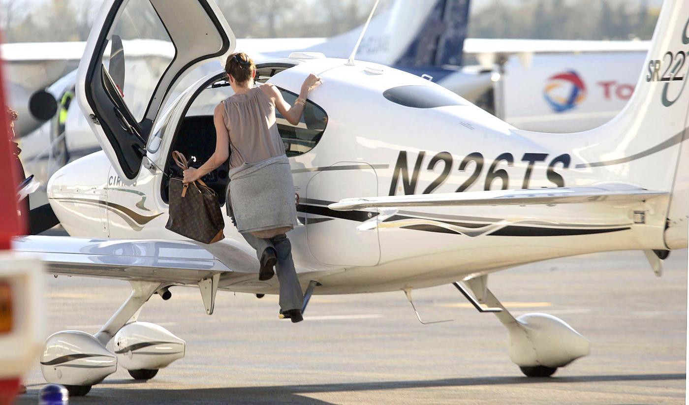 Angelina Jolie, licenza di volo revocata. Ma lei vola lo stesso 03