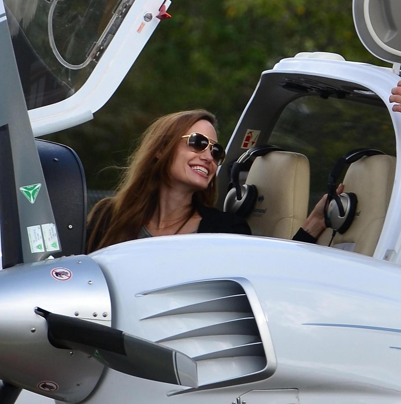 Angelina Jolie, licenza di volo revocata. Ma lei vola lo stesso 02