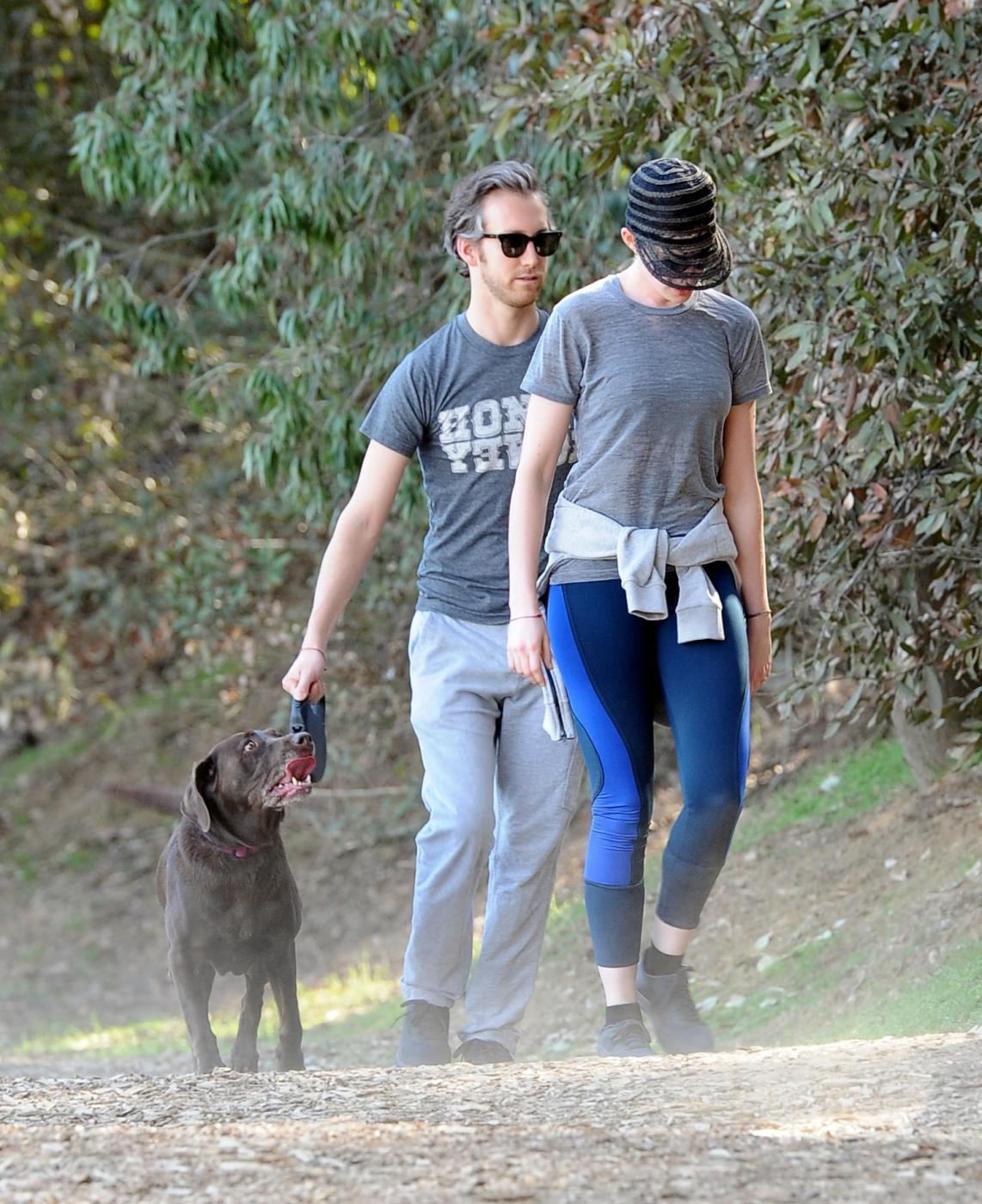 Anne Hathaway, jogging con il marito Adam Shulman02