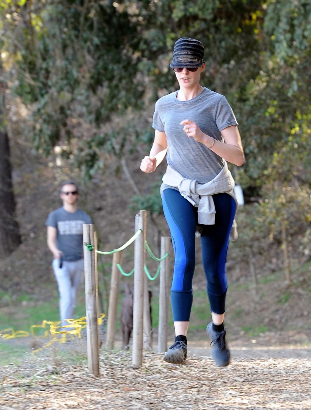 Anne Hathaway, jogging con il marito Adam Shulman04
