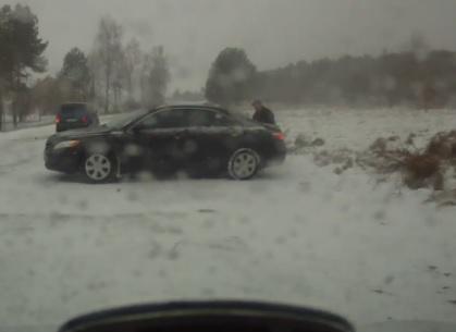 Auto è ferma al lato della strada, riparte ma sbatte contro gli alberi