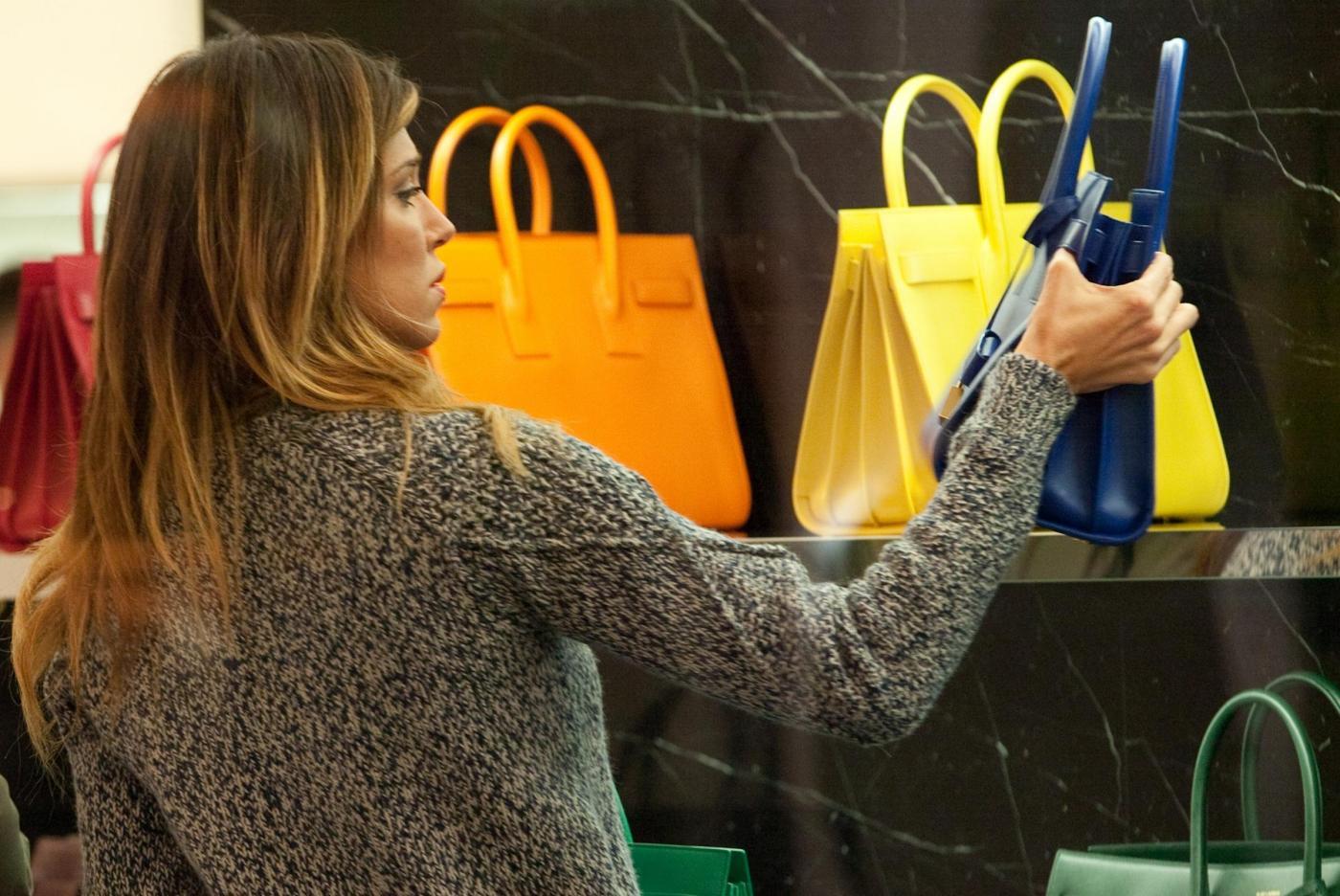 Belen Rodriguez, shopping di Natale in gonnellina scozzese08
