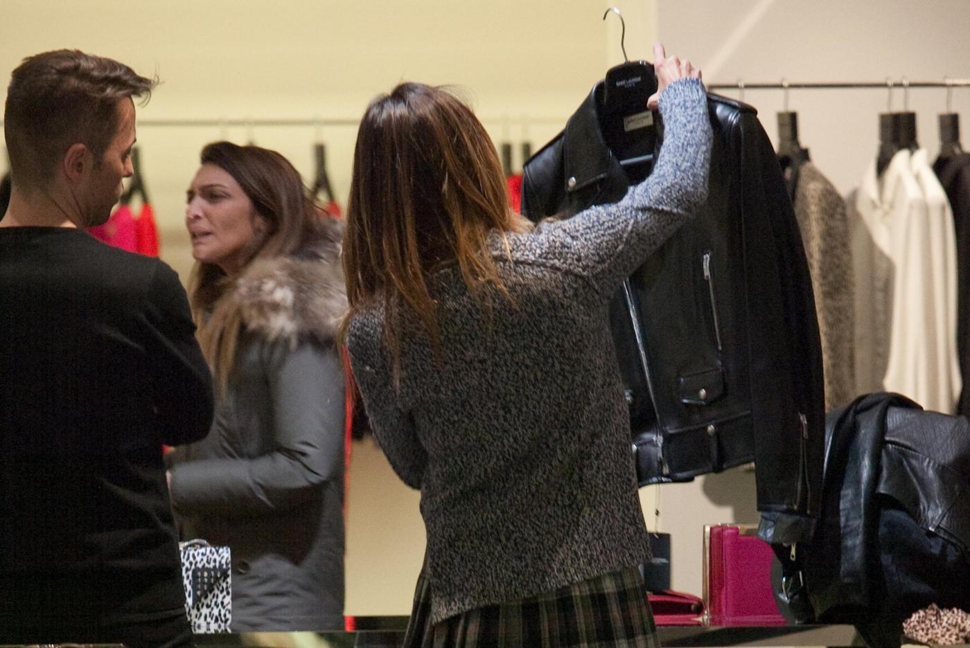 Belen Rodriguez, shopping di Natale in gonnellina scozzese06