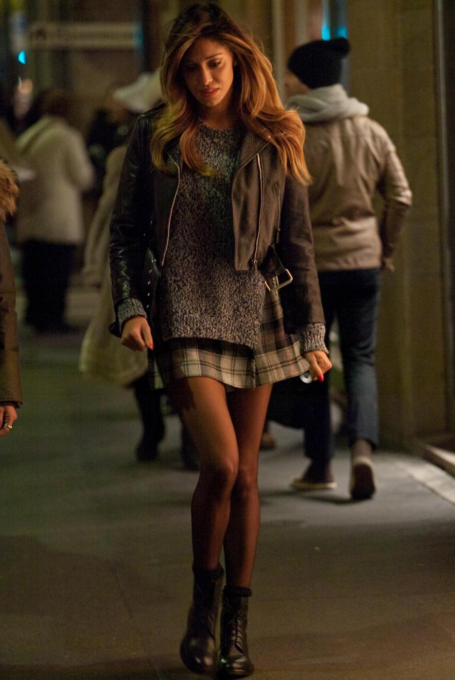 Belen Rodriguez, shopping di Natale in gonnellina scozzese07