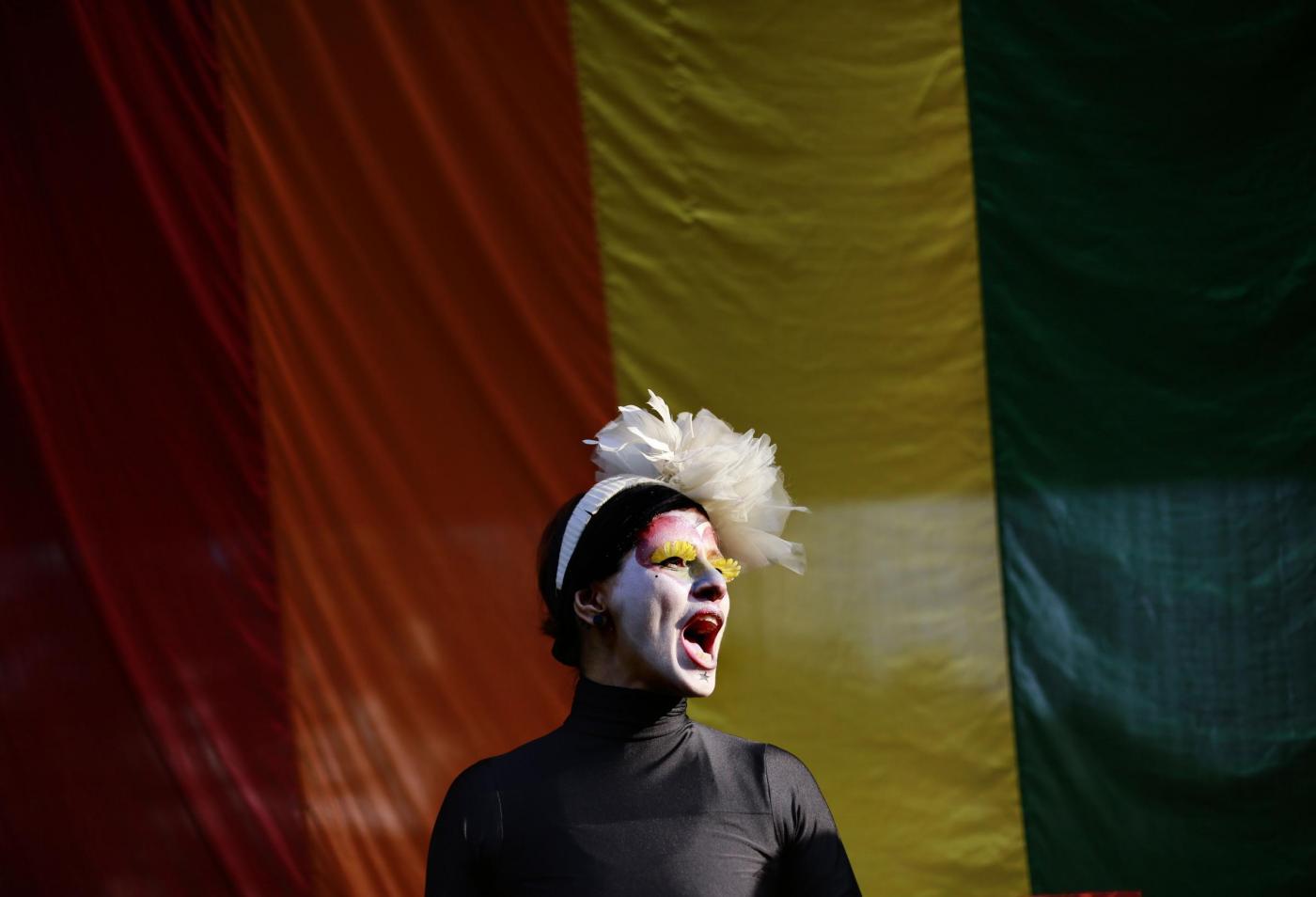 """""""Depenalizziamo l'omosessualità"""". In migliaia sfilano in tutta l'India 02"""