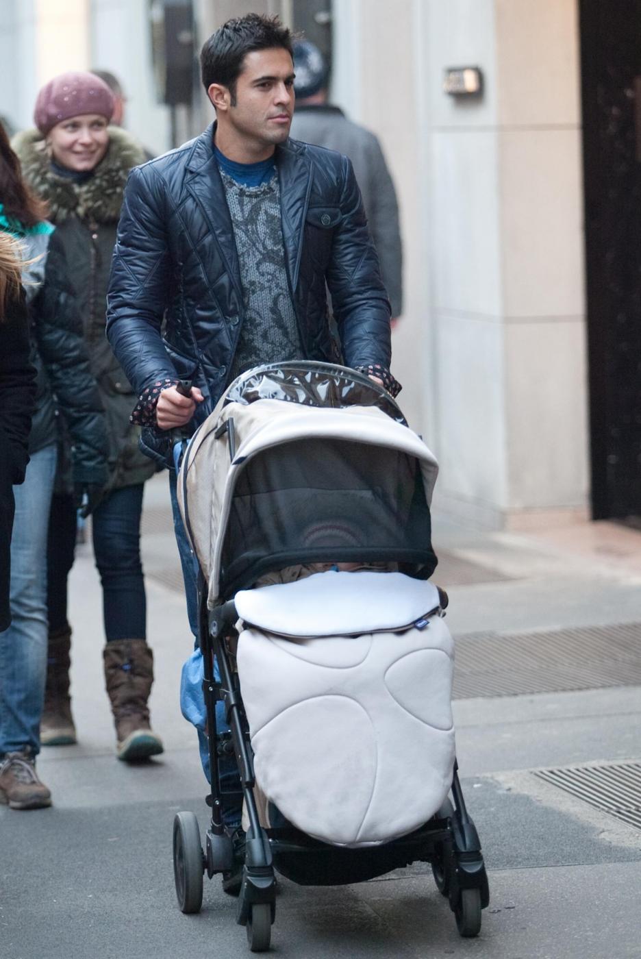 Eder Martins shopping in via Montenapoleone con la famiglia03
