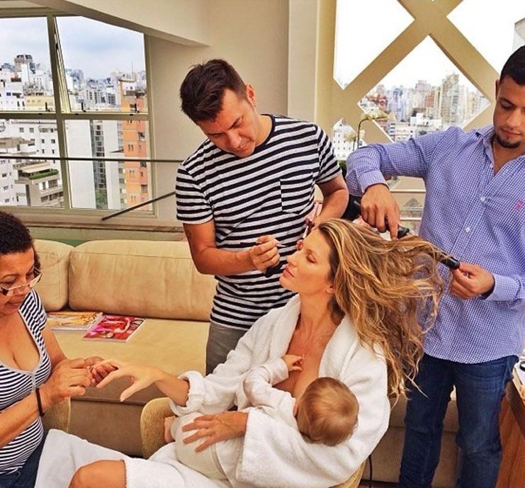Gisele Bundchen unghie, capelli e trucco mentre allatta