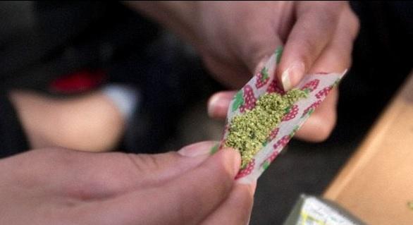 Jaqueline balbuziente fuma marijuana per essere una madre migliore