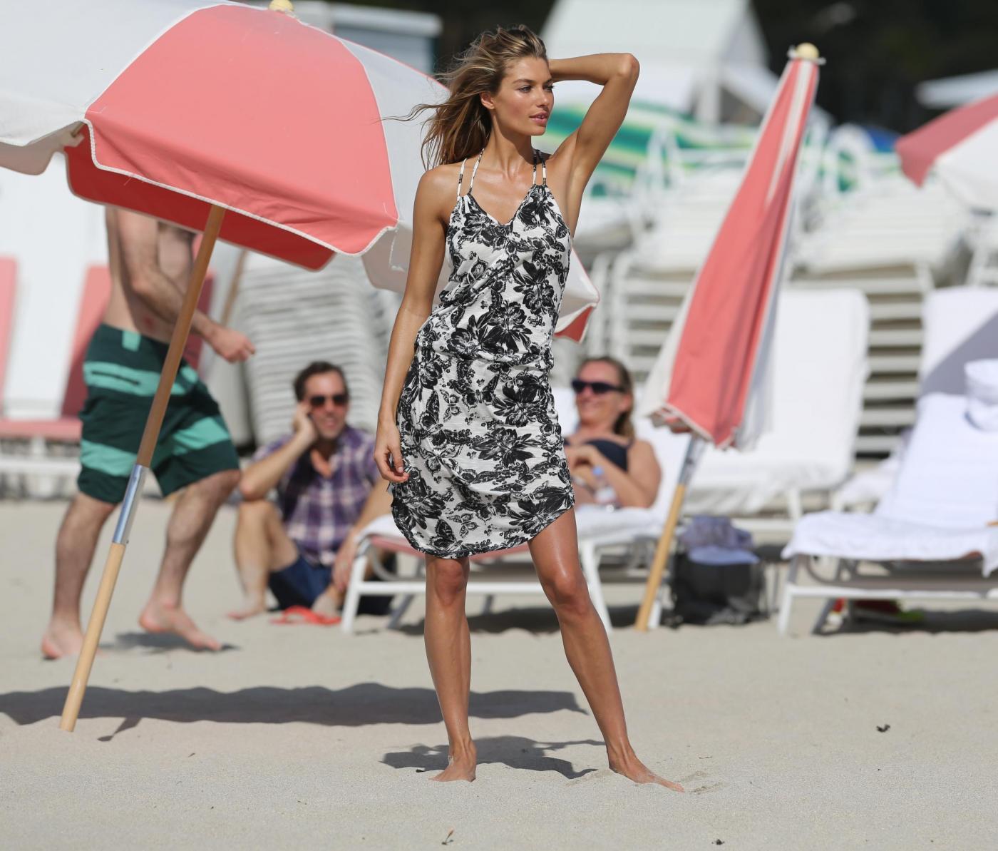 Jessica Hart, l'Angelo di Victoria's Secret posa in spiaggia di Miami 010
