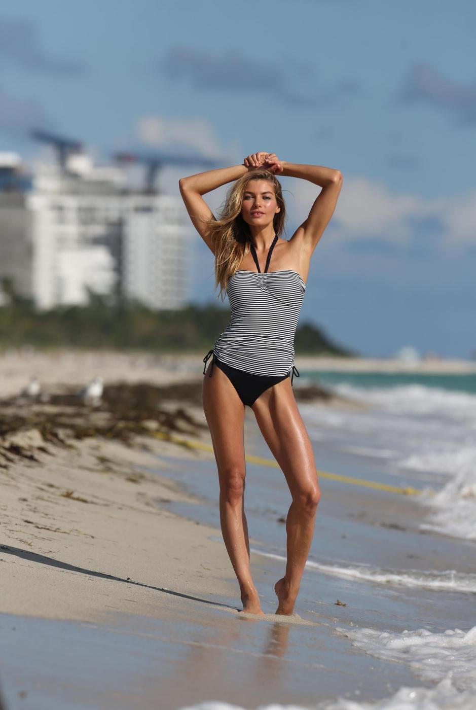 Jessica Hart, l'Angelo di Victoria's Secret posa in spiaggia di Miami 04
