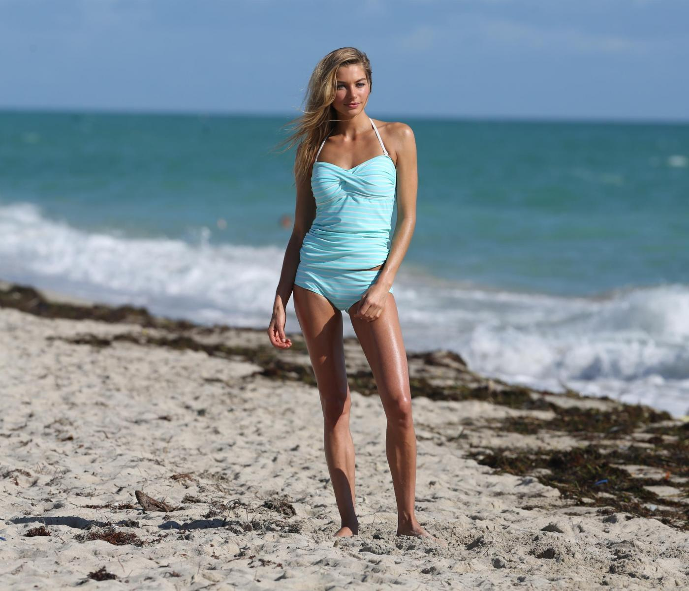 Jessica Hart, l'Angelo di Victoria's Secret posa in spiaggia di Miami 02