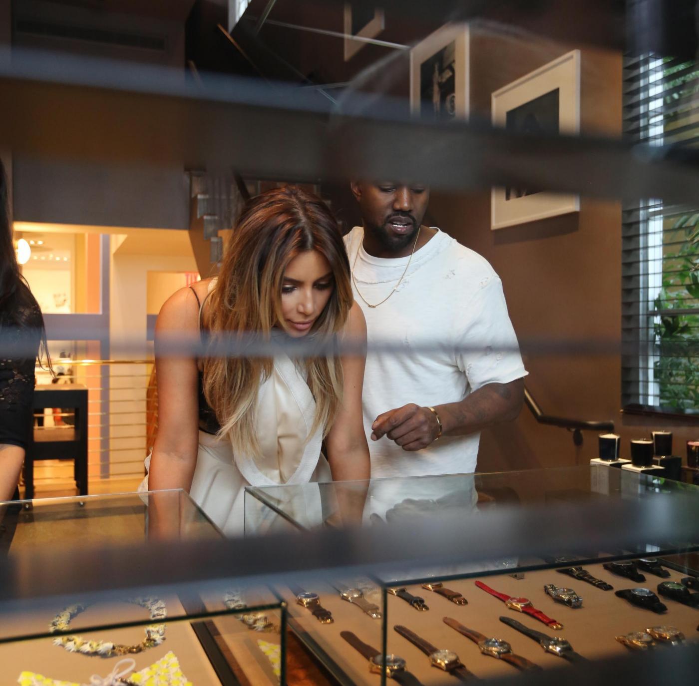 Kim Kardashian e Kanye West, shopping a Miami il giorno del black friday06