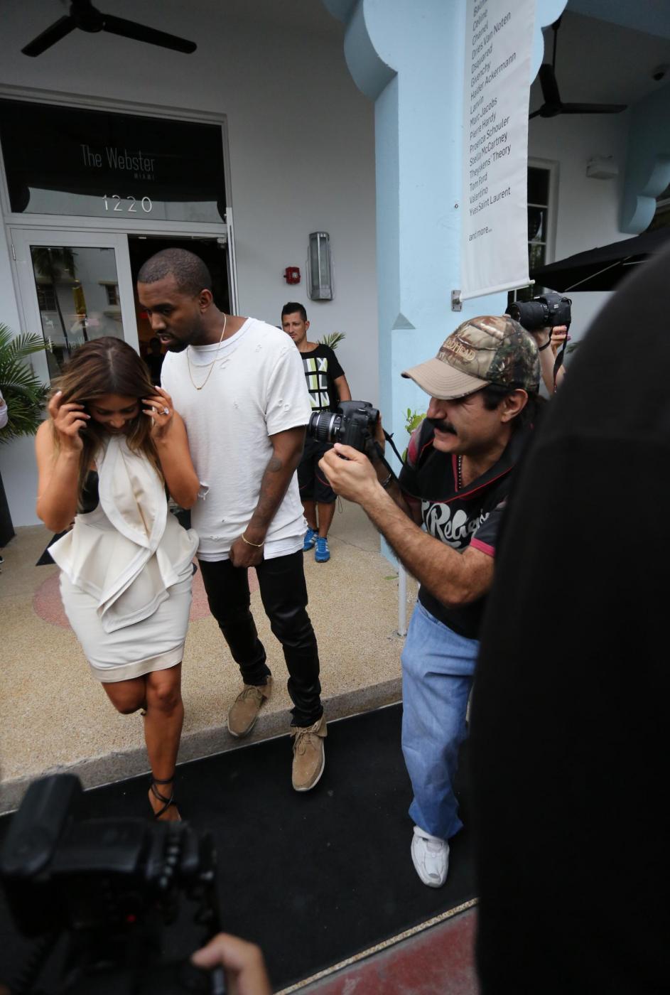 Kim Kardashian e Kanye West, shopping a Miami il giorno del black friday01